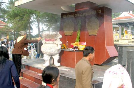 Tổ chức cho thân nhân liệt sĩ viếng nghĩa trang Trường Sơn