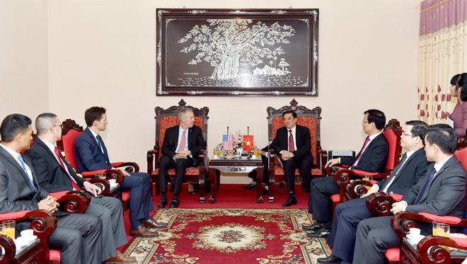 Các đồng chí lãnh đạo tỉnh tiếp ngài Đại sứ Hoa Kỳ Ted Osius.