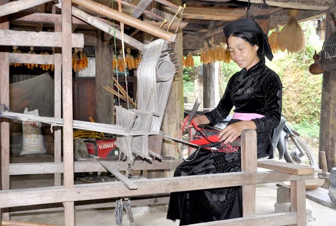 Bà Nguyễn Thị Hinh, Thôn Nặm Đíp, Xã Lăng Can Giữ Khung Cửi Phục Vụ Khách  Du Lịch Trải Nghiệm Tại Gia Đình.