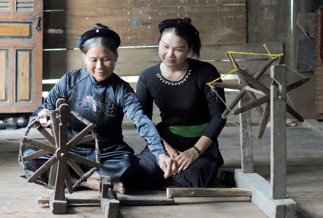 Chị Mai Thu Hà (Bên Phải), Thôn Nà Kẹm, Xã Khuôn Hà Học Nghề Dệt Thổ Cẩm Từ  Mẹ. Ảnh: Thế Sơn