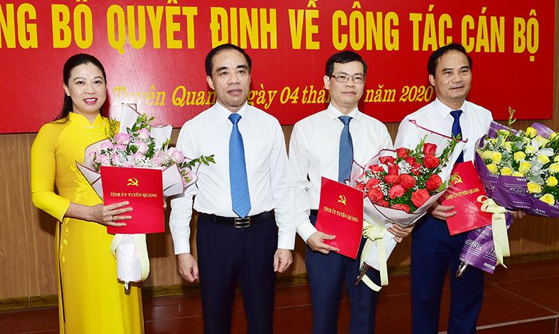 Đồng chí Bíthư Tỉnh ủy Chẩu Văn Lâm trao Quyết định của Thủ tướng Chính phủ và tặng hoa chúc mừng Chủ tịch, các Phó Chủ tịch UBND tỉnh.