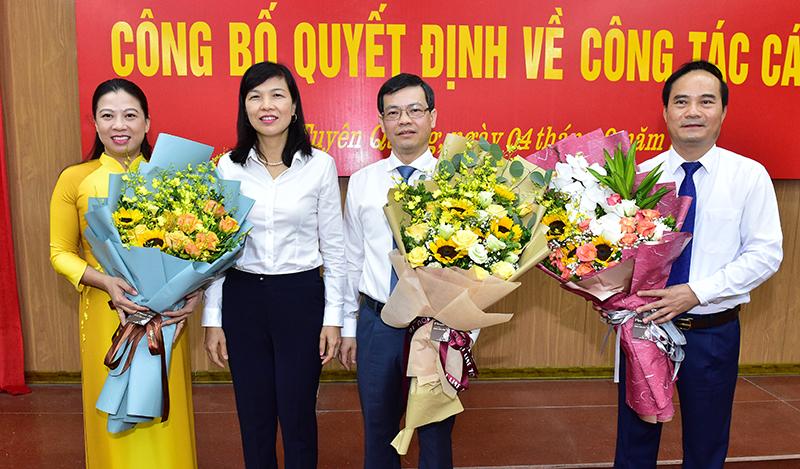 Đồng chí Phó Chủ tịch HĐND tỉnh Phạm Thị Minh Xuân tặng hoa chúc mừng các đồng chí lãnh đạo UBND tỉnh.