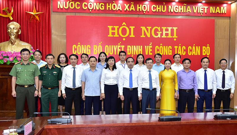 Các đồng chí lãnh đạo tỉnh tại Hội nghị công bố Quyết định về công tác cán bộ.